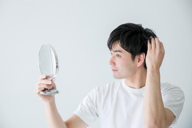 頭皮の違和感の原因は?抜け毛や薄毛が気になるなら植毛も