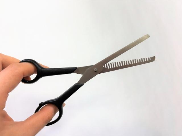 髪の毛のすき方を伝授!セルフカットで男性の髪の悩みを解消