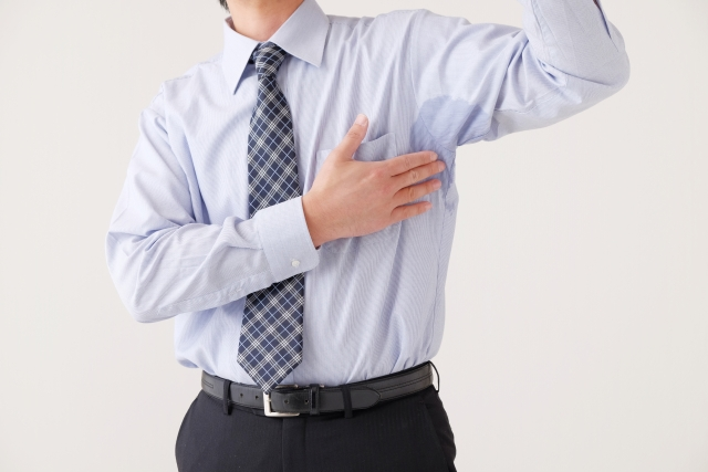 汗をかいたら服が塩をふくように!?原因や洗濯方法をご紹介