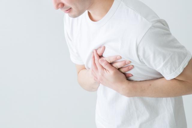 睡眠不足と心臓の違和感にはどんな関係が?原因と改善法とは
