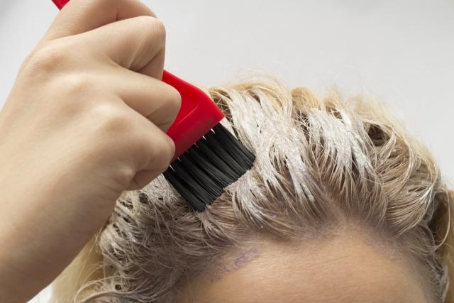 カラーと黒染めの違いや髪に与える影響