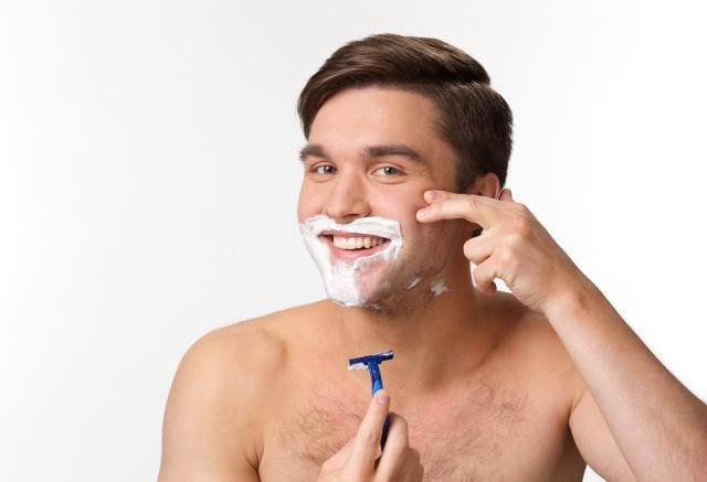 肌を傷めずスムーズに髭剃りするコツとは?カミソリ派必見!