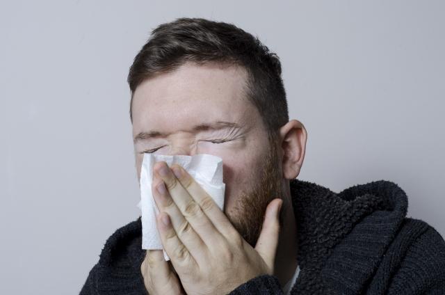 過度な鼻毛処理を行うと鼻水が止まらなくなるかも!?